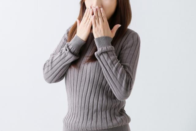 口を覆う女性